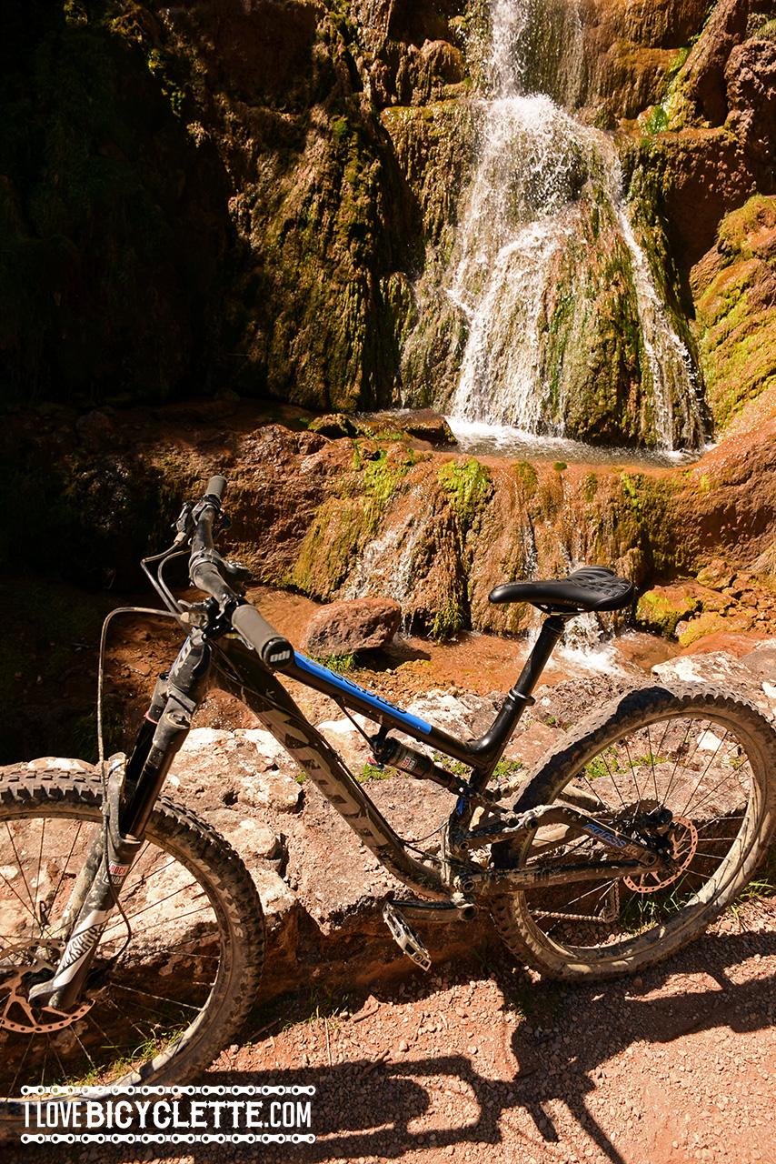 Pause rafraîchissante pour les vélos en milieu de descente…